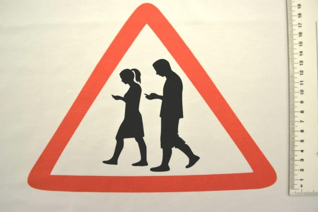 """Liiklusmärk """"Ettevaatust, nutisõltlased!"""" kupong/paneel ca 53X73cm, Single Jersey"""