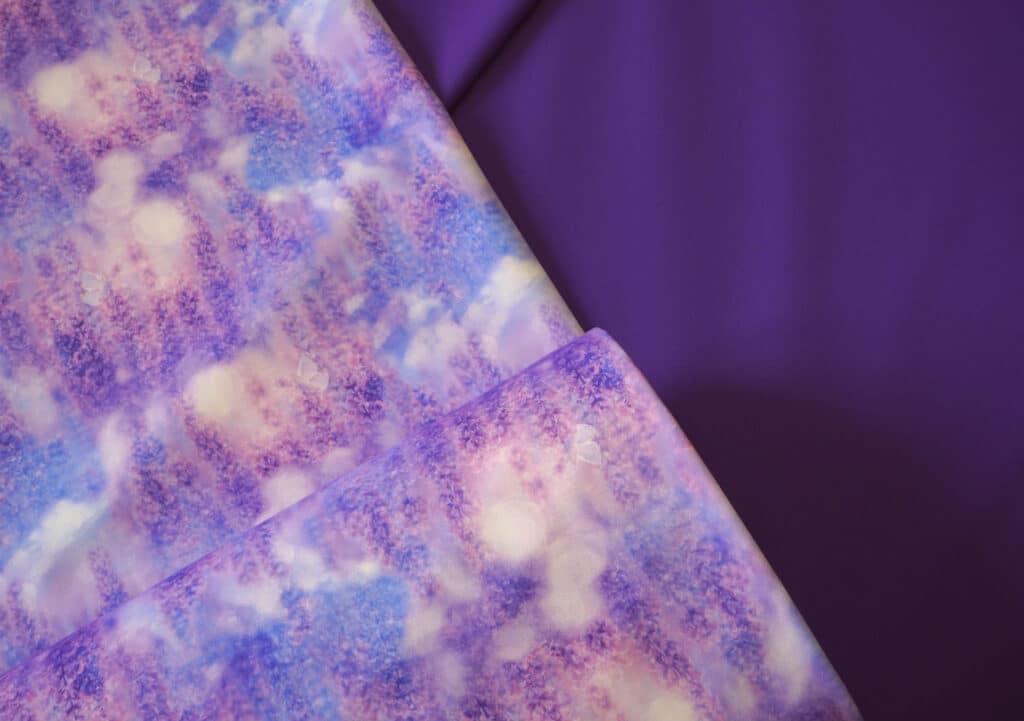 Õhuke veekindel jopekangas lavendlid ja väikesed liblikad (Softshell-mesh)